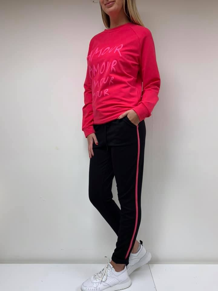 zwarte broek met fuchsia roze bies